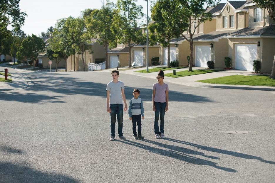Calvin O'Keefe (Levi Miller), Charles Wallace Murry (Deric McCabe) and Meg Murry (Storm Reid) find themselves in a creepy suburb.